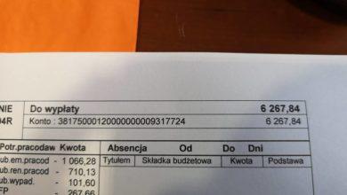 Photo of Janusz Kubicki pokazuje kwitek, czyli ile zarabia prezydent miasta