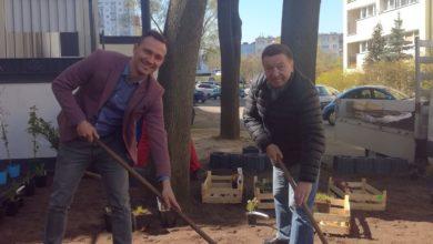 Photo of Seniorzy i radny tworzą ogródek przed Klubem Seniora!