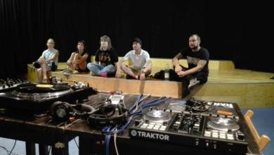 Photo of Kilka winyli, gramofon, komputer i zaczynamy zabawę! W ZOK-u uczą się przyszli DJ-e