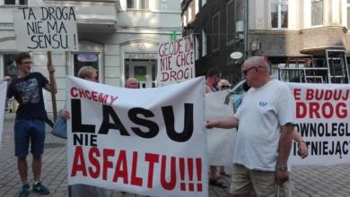 """Photo of """"Nie"""" dla budowy drogi pod balkonami. Zielonogórzanie z osiedla Geodetów protestują"""