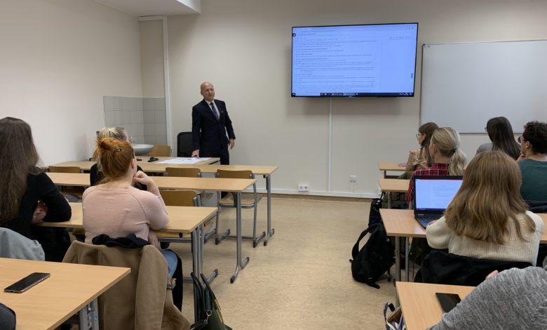 Photo of Prawnicy wchodzą w rolę edukatorów na zaproszenie ELSA Zielona Góra [UZ Nawigator]