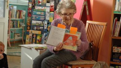 """Photo of Senior w bibliotece czyta bajki i zabawia dzieci. """"Czytelnia bez granic"""" w """"Norwidzie"""""""