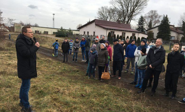 Photo of Problem Jędrzychowa: między boiskiem a parkingiem. Czy znajdzie się rozwiązanie?